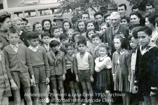 Alcide con i pionieri, a Casa Cervi, 1955.
